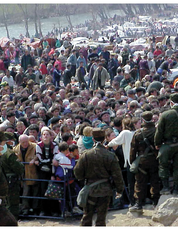 Refugees from Kosovo gather in Macedonia